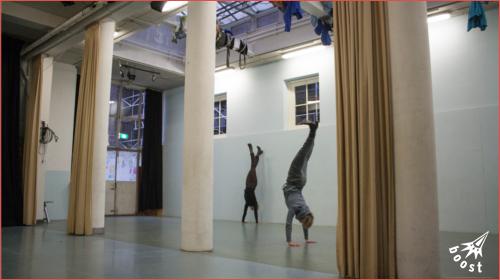 handstand in de studio van cwboost